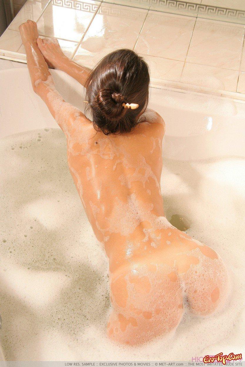 эротика в ванной с потеранием спины