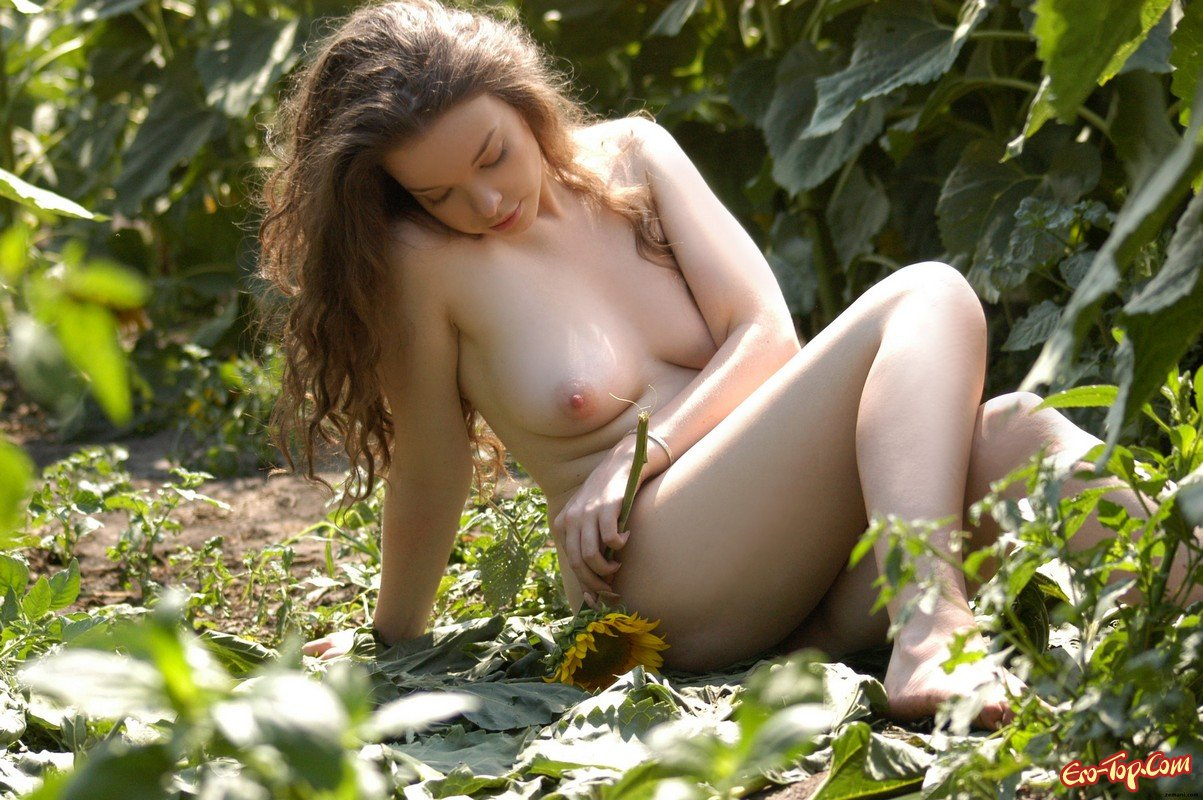 голая у куста сирени фото эротика достаточно