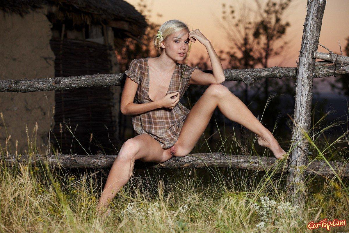 trahnul-nagluyu-eroticheskie-sovremennie-foto-derevenskie-smotret-polnih