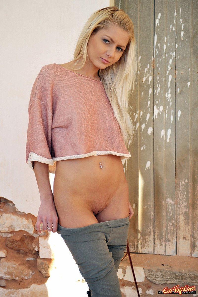 Девушки без трусов в брюках #4