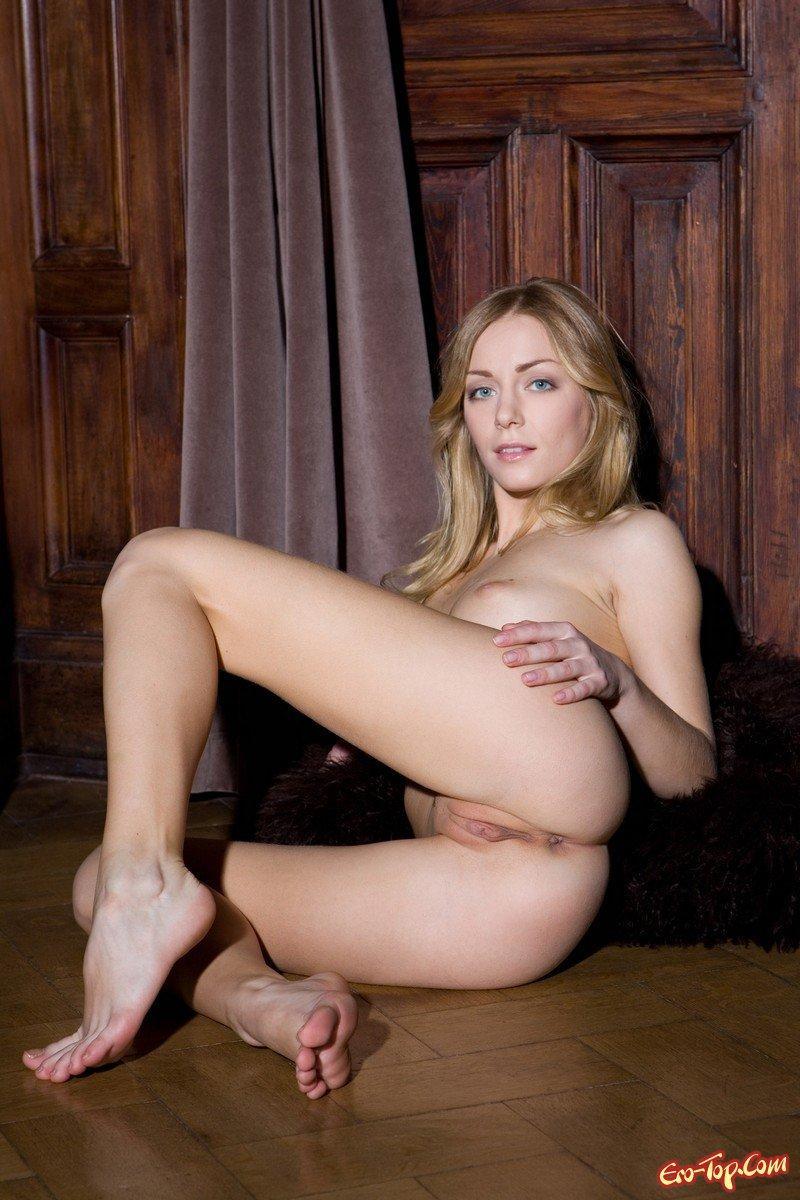 Bridgit mendler naked rubbing pussies, nicki minaj and cassie kissing