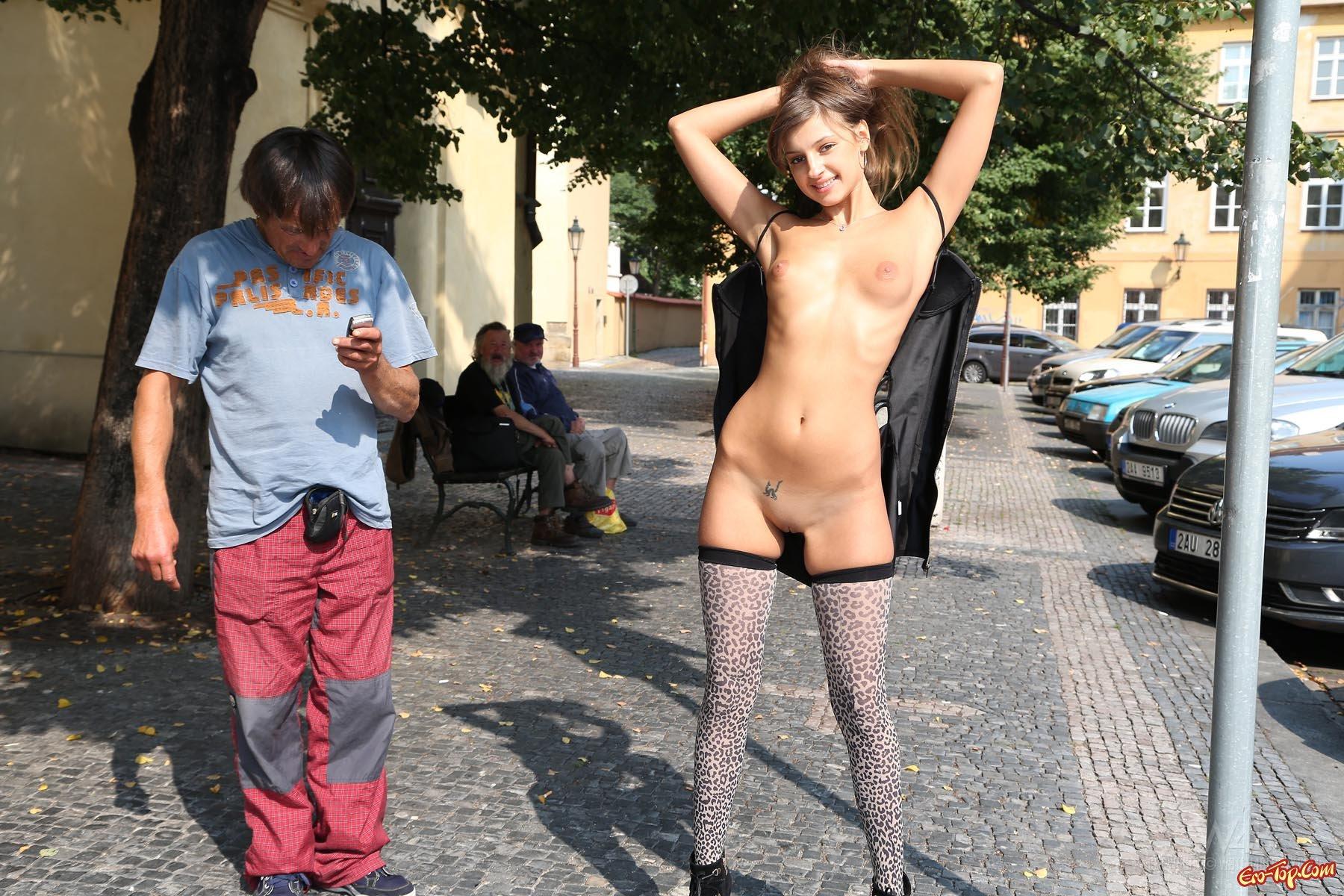 Девушка раздевается на людях #15