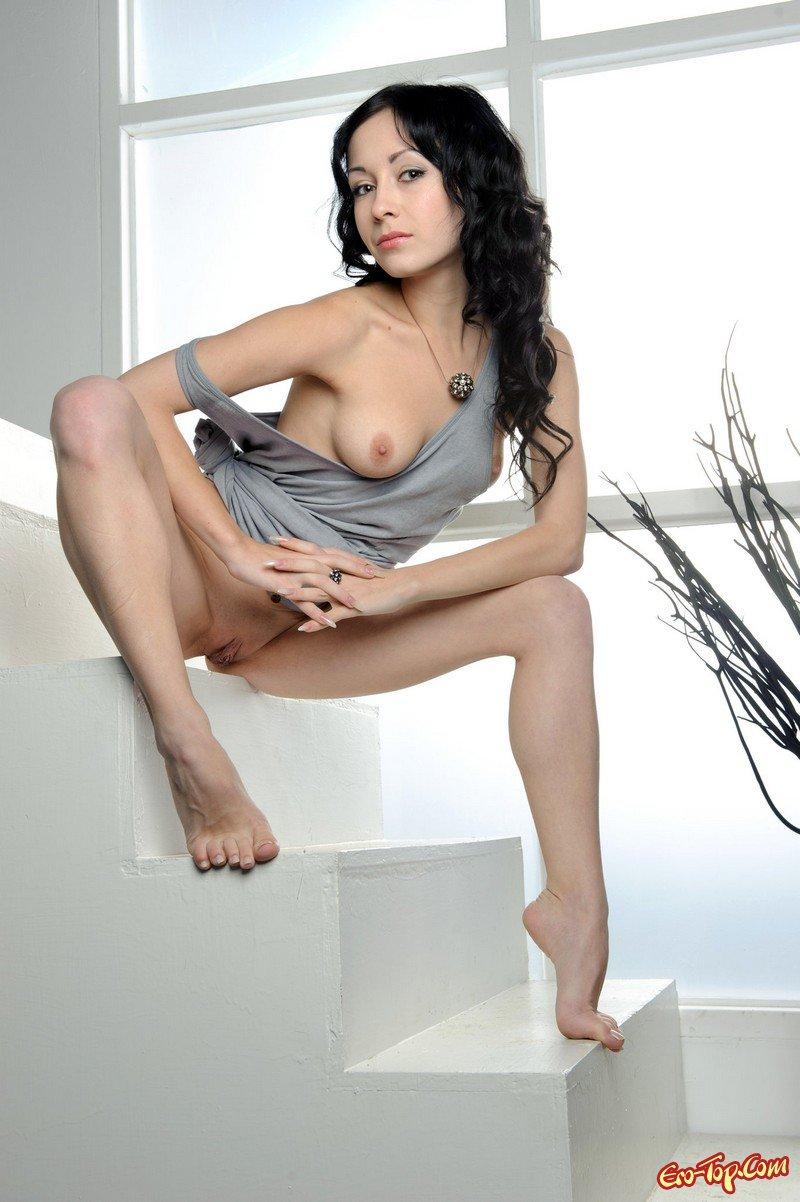 foto-erotika-bryunetka-snimaet-plate-zrelie-russkie