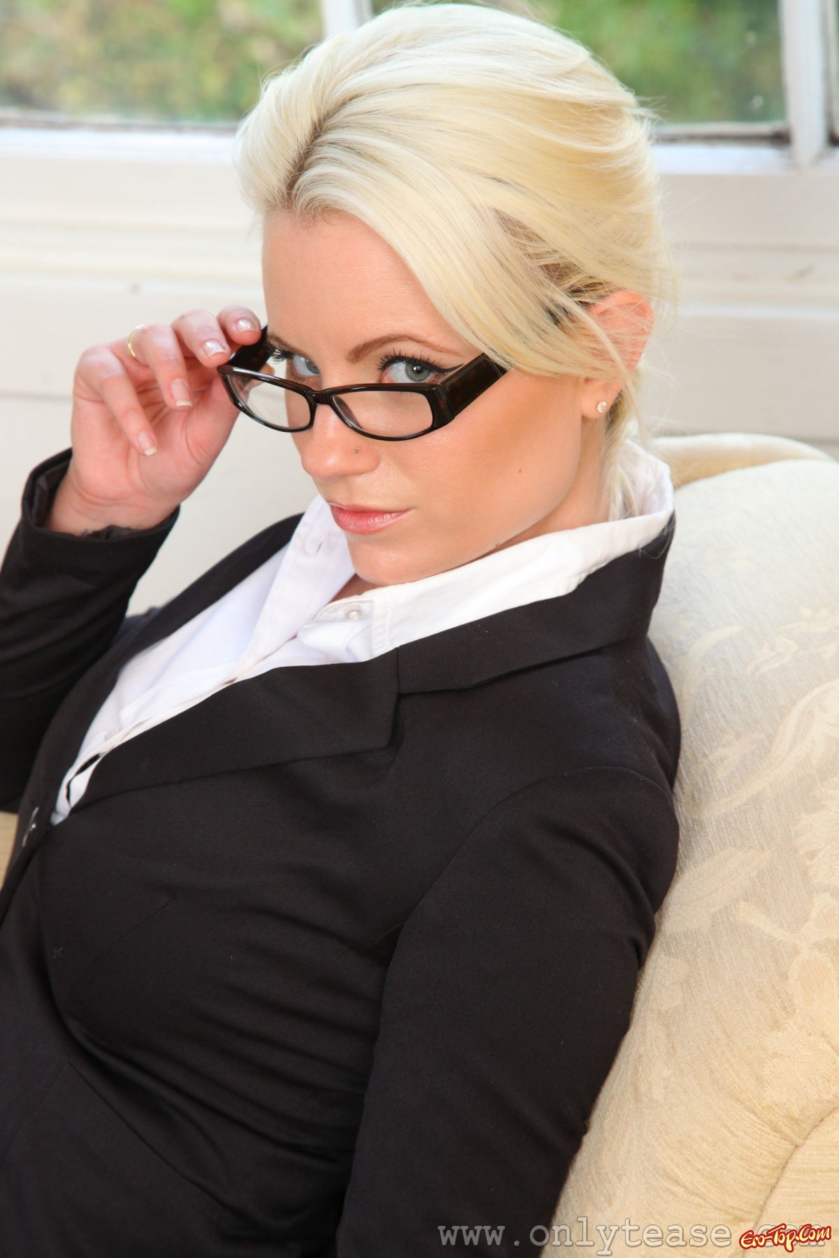 сексуальная блондинка в строгом костюме малышка