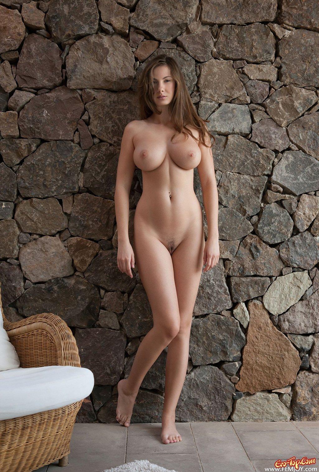 Эротика голая девушка с большими грудями в шляпе на лестнице — pic 9