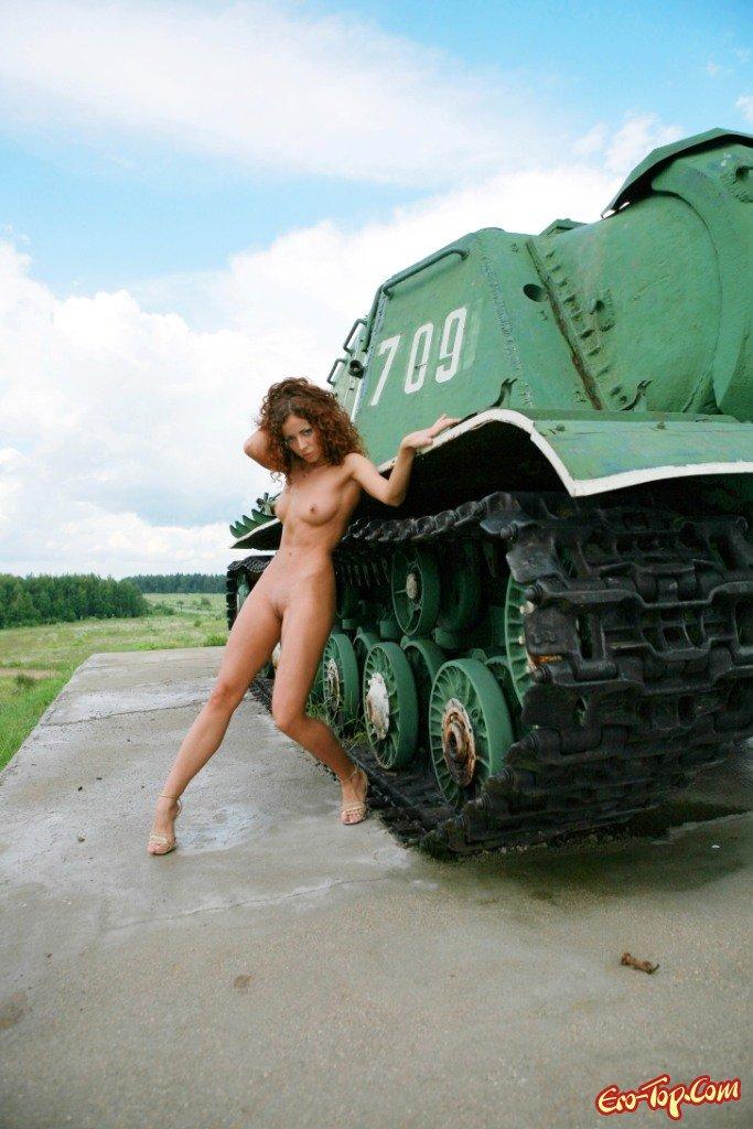 девушки вернулась секс возле танка частные порно