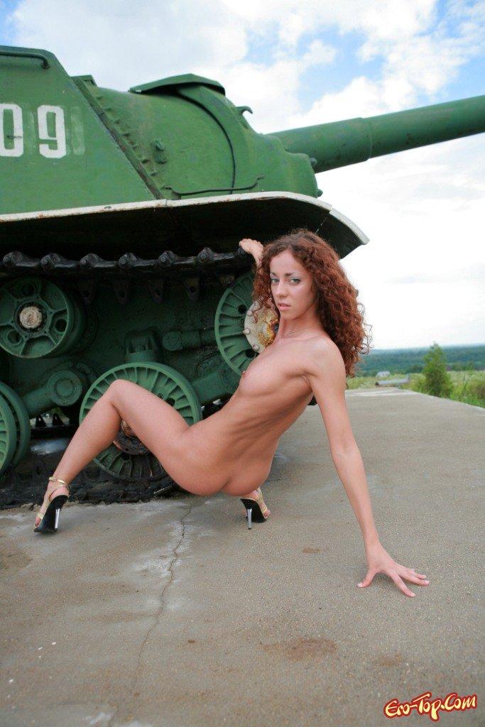 Голышом на танке