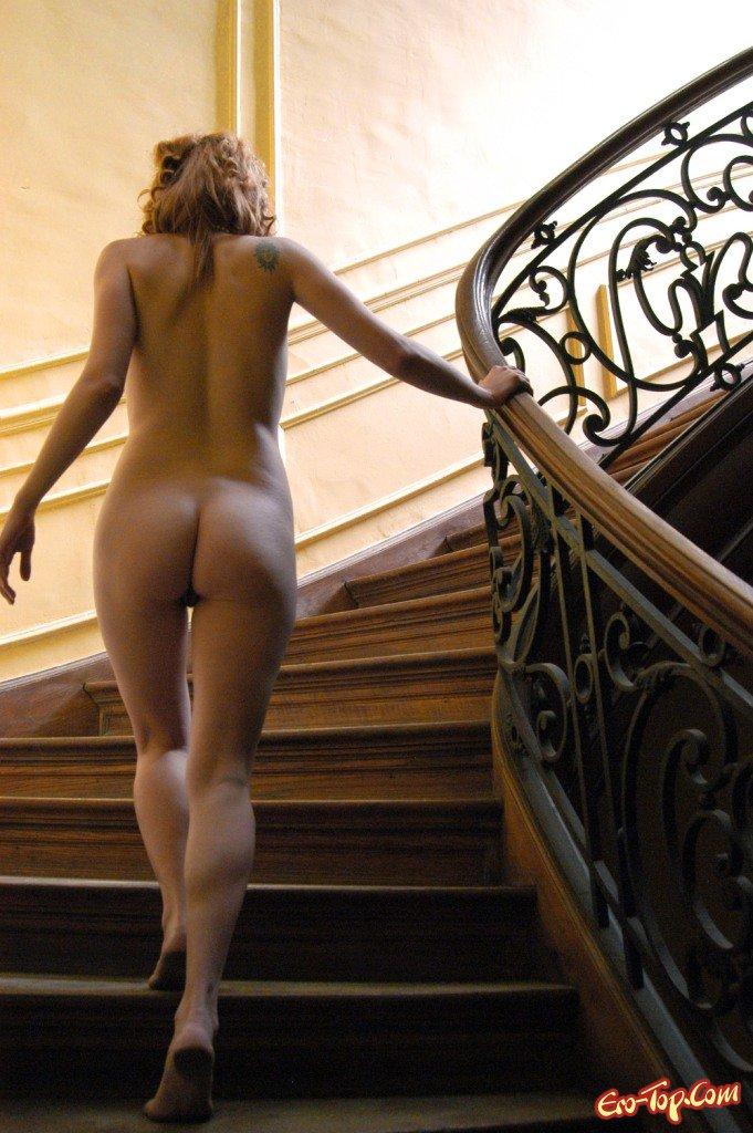Голые девушки на лестницах