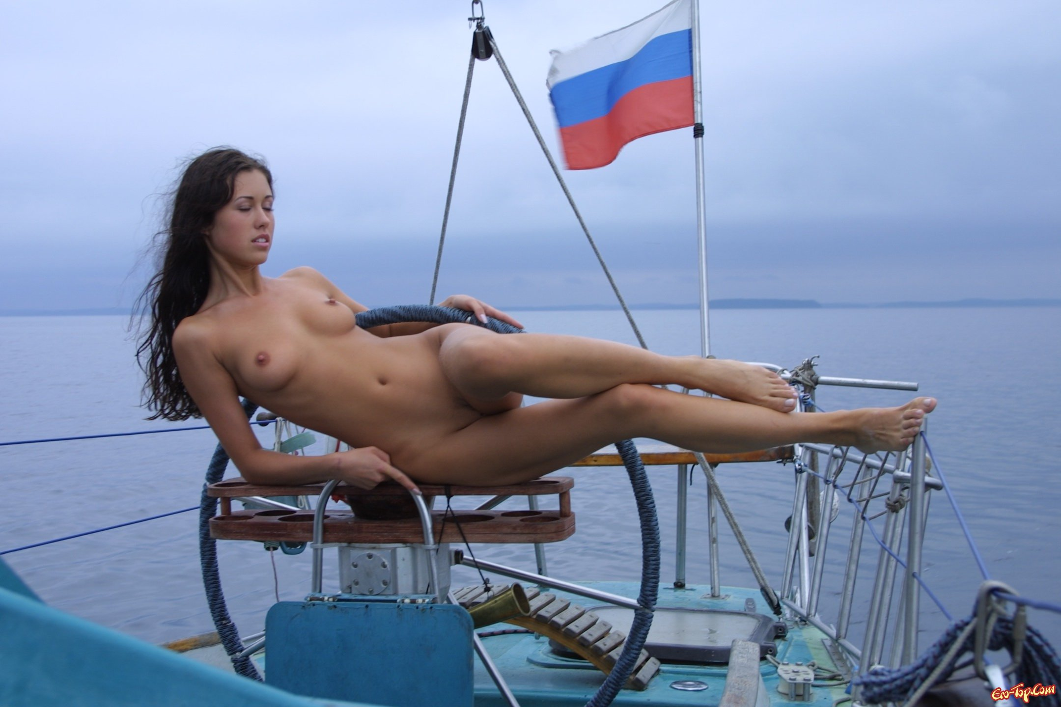 девушка на корабле эротика - 10