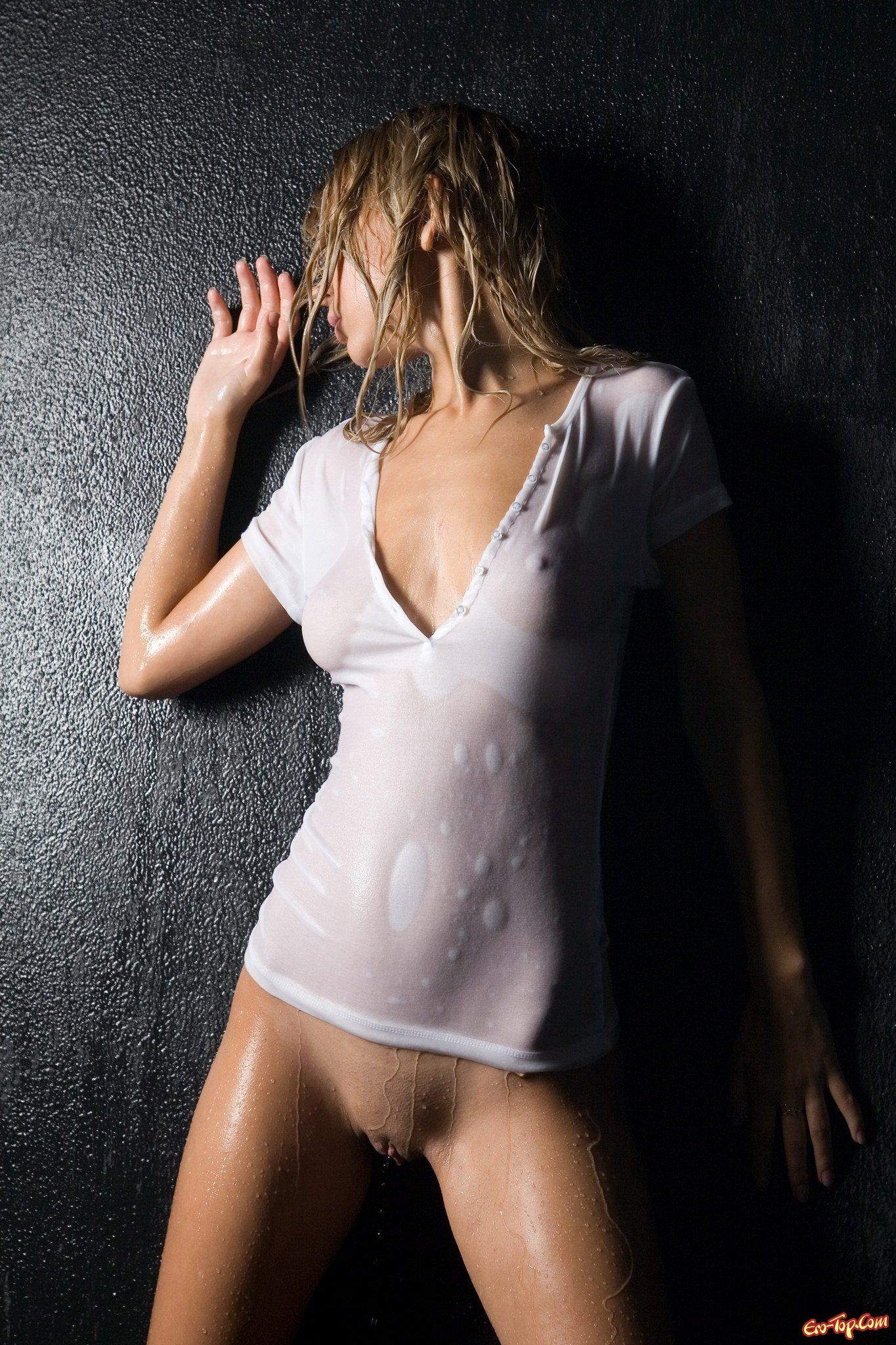 Мокрая пизда и маечка фото