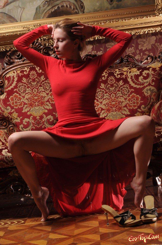девушка в красном платье без трусов на улице фото