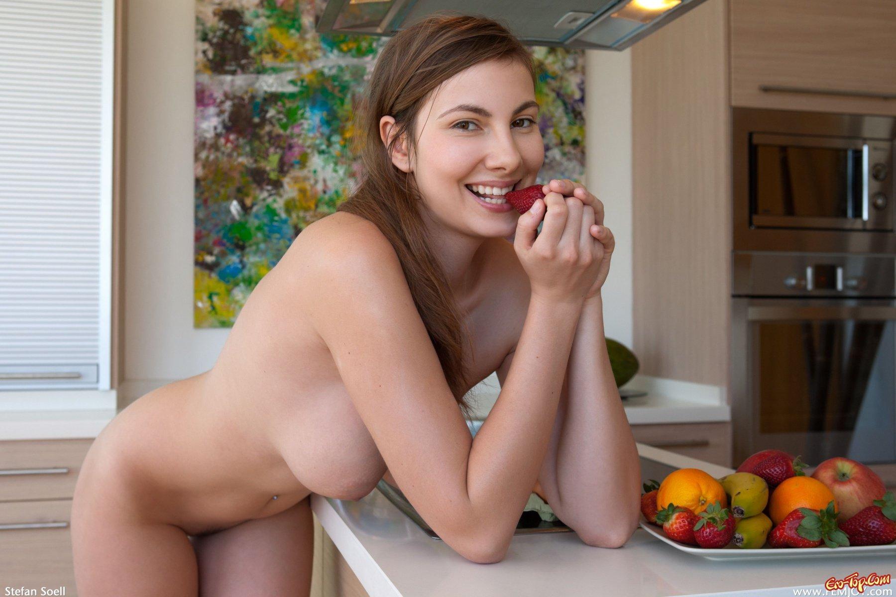 Голые женщины готовят ужин мощный оргазм смотреть