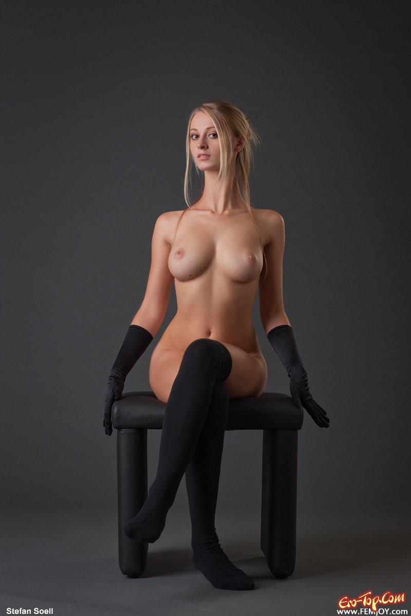 фото голой сидящей на стуле девушки изучали достаточно трудно