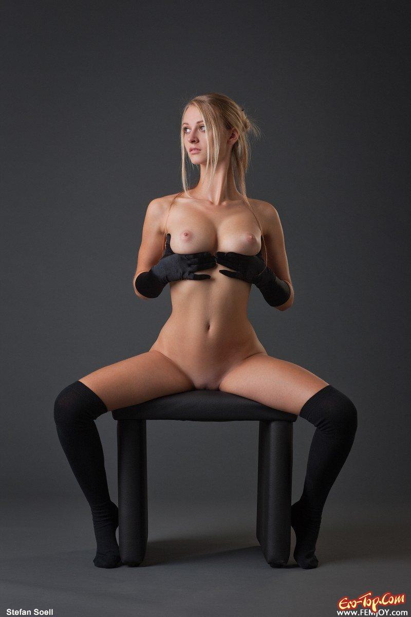 Видео про обнаженная девушка сидит на стуле