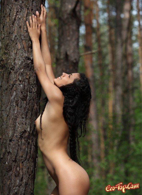 Молодая брюнетка в лесу онлайн