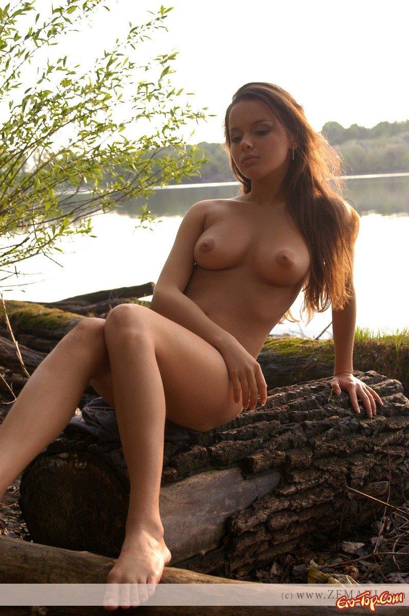 студентка разделась на берегу озера