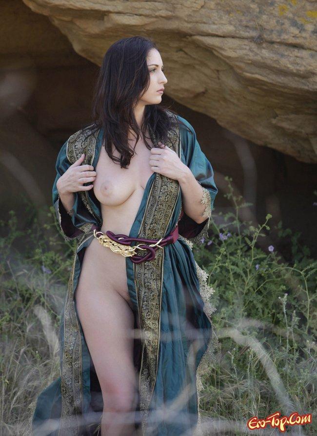 Фото голой девушки в средневековом платье, голые полные зрелые моются подгляд видео