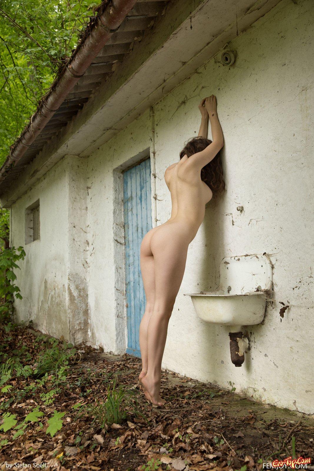 Эротика голая на заднем дворе