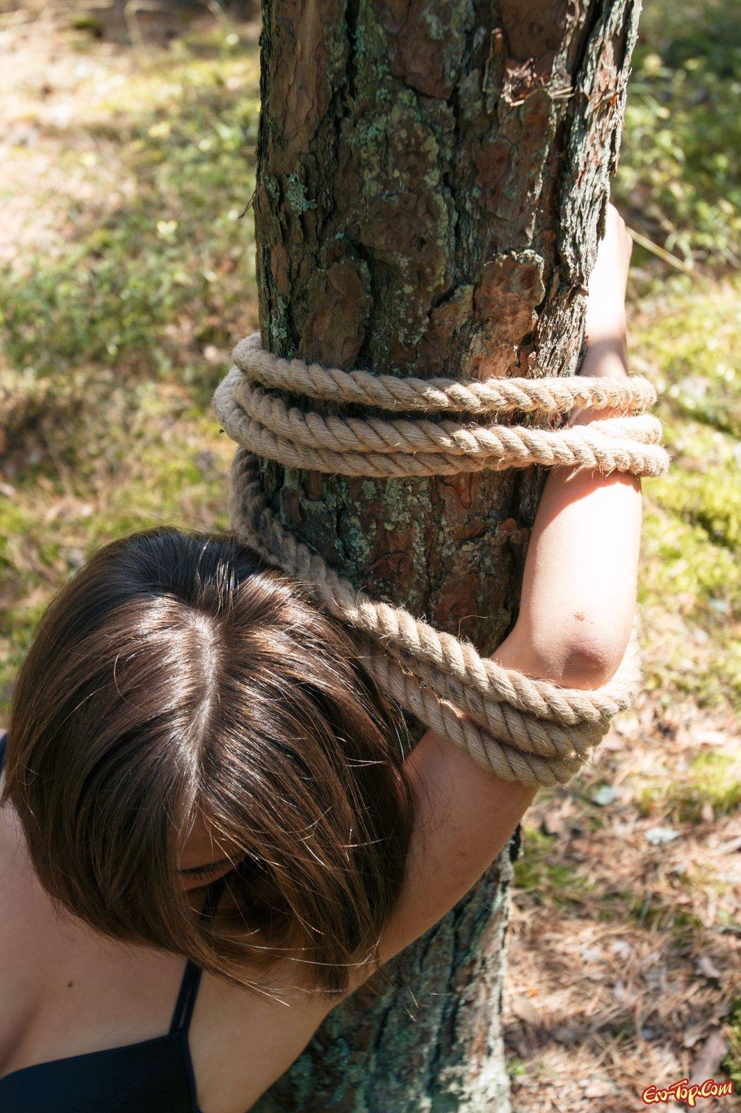 Девушки связанные веревками фото 11