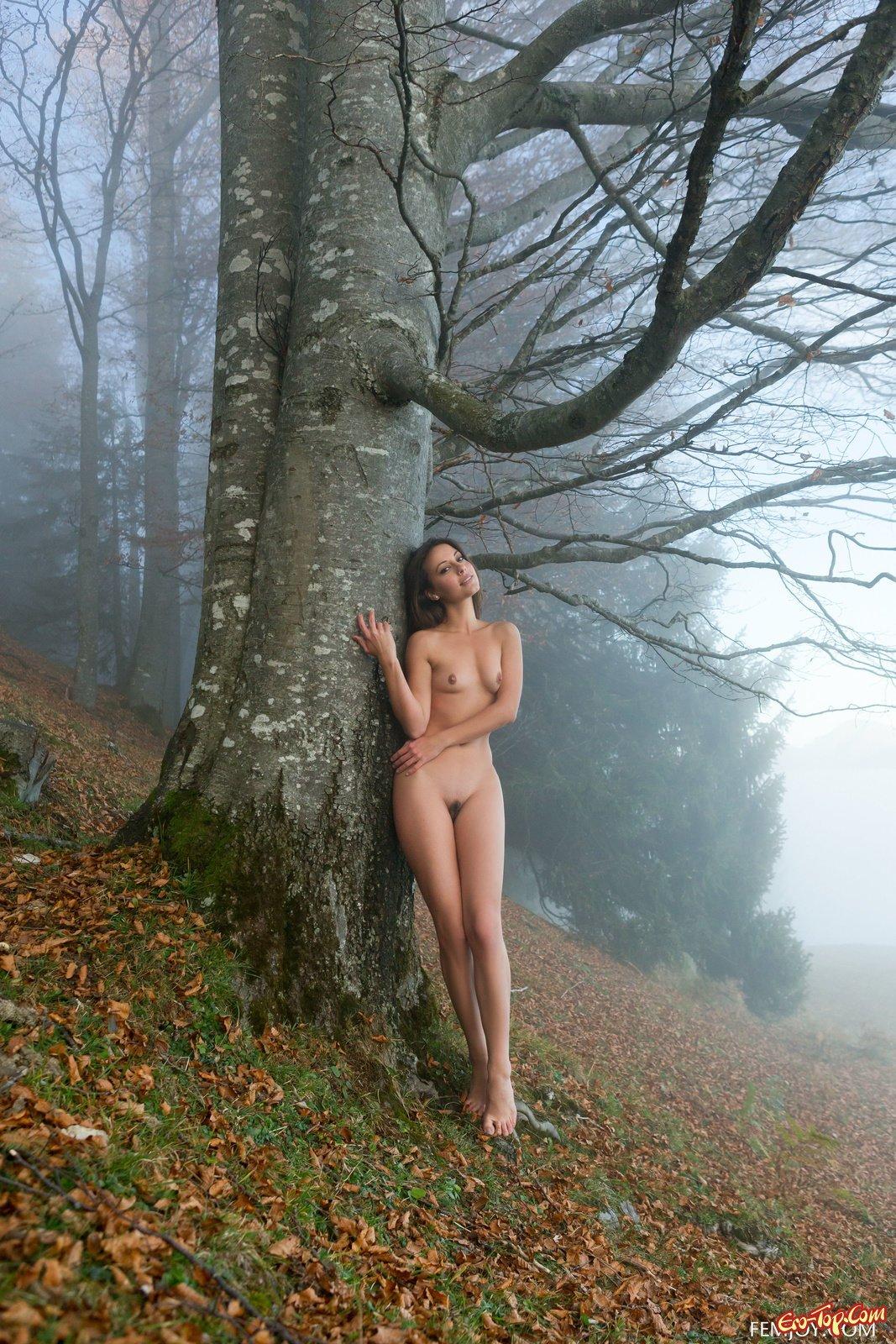 Смотреть в лесу эротика одна, порно фото берет в рот