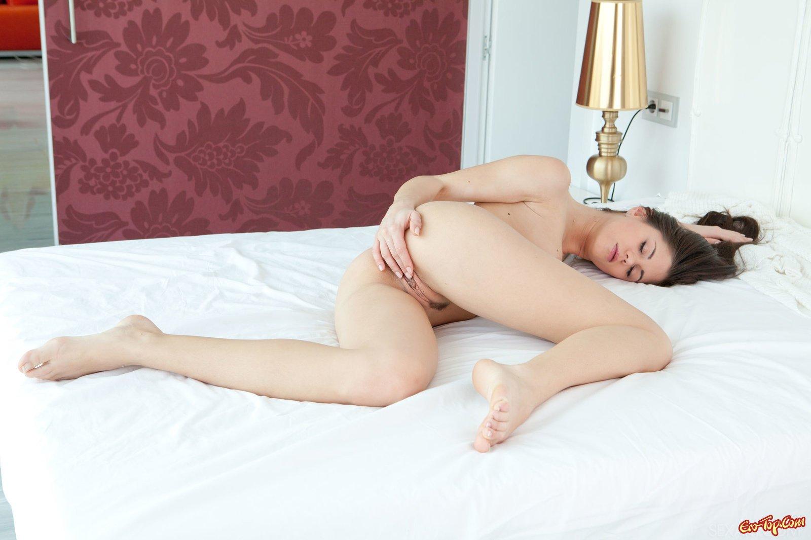 Сучка дрочит на кровати