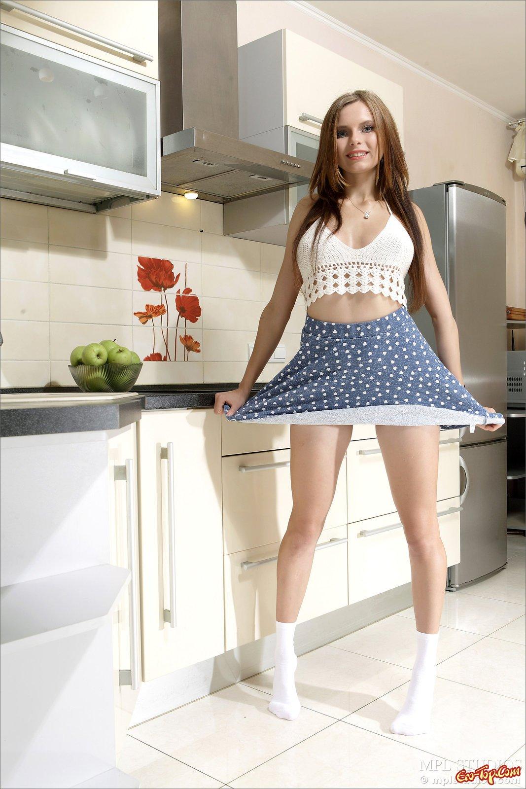 Эротика под юбкой в кухне