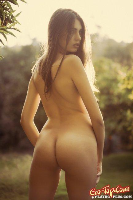 Немного смуглая девушка показывает свое голое тело