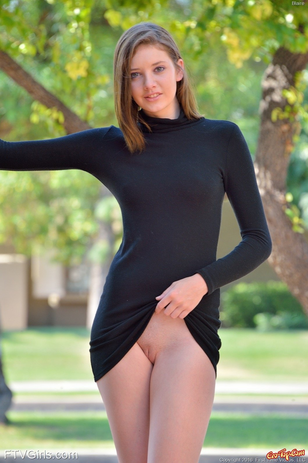 Девушка в коротком платье без трусиков камера