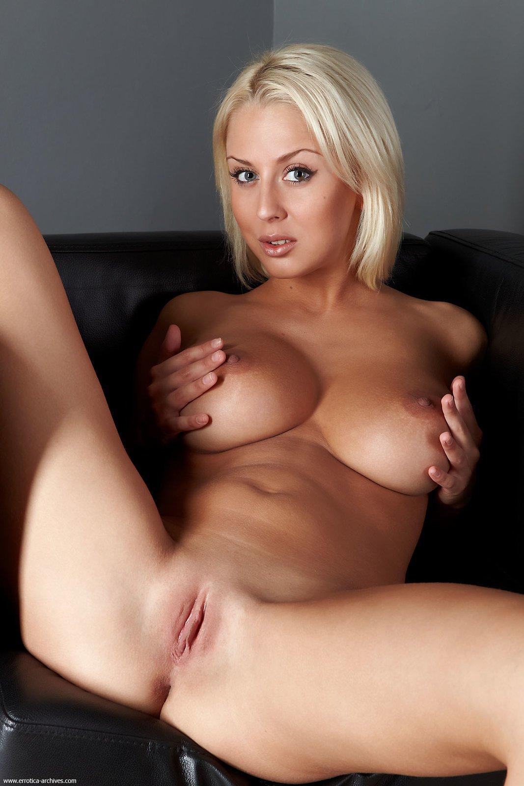 Блондинка с большими сиськами показывает широко пизду видео