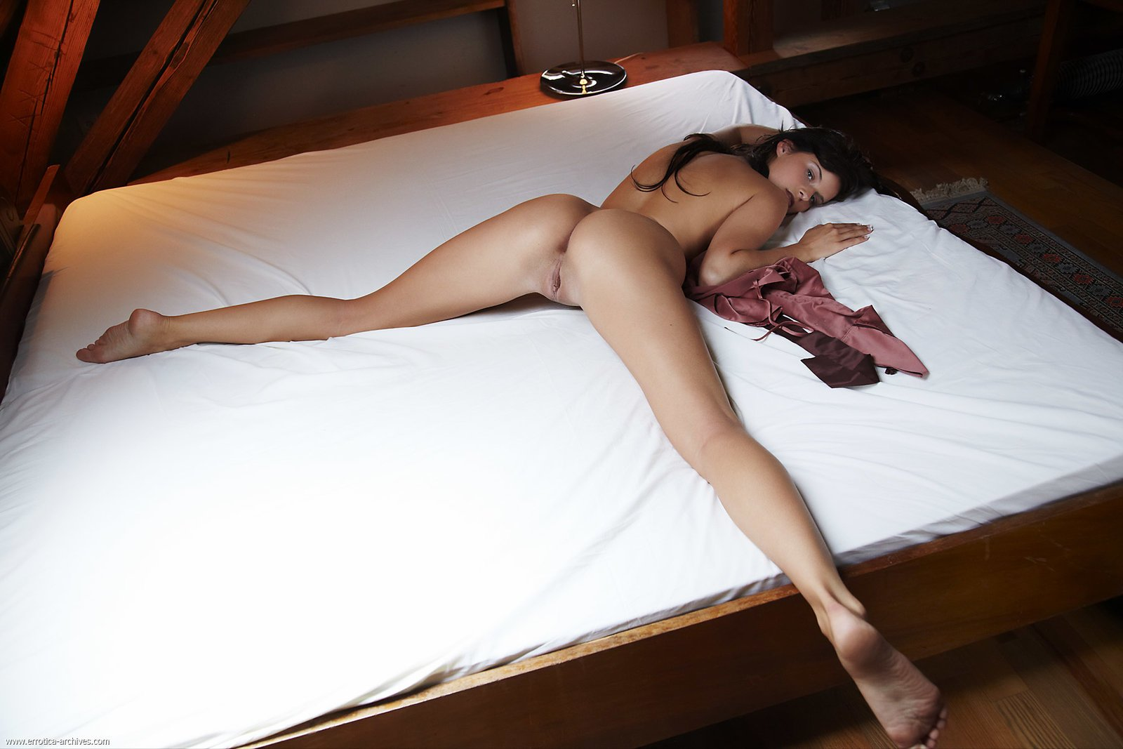 girl-relax-on-bed-solo-porno