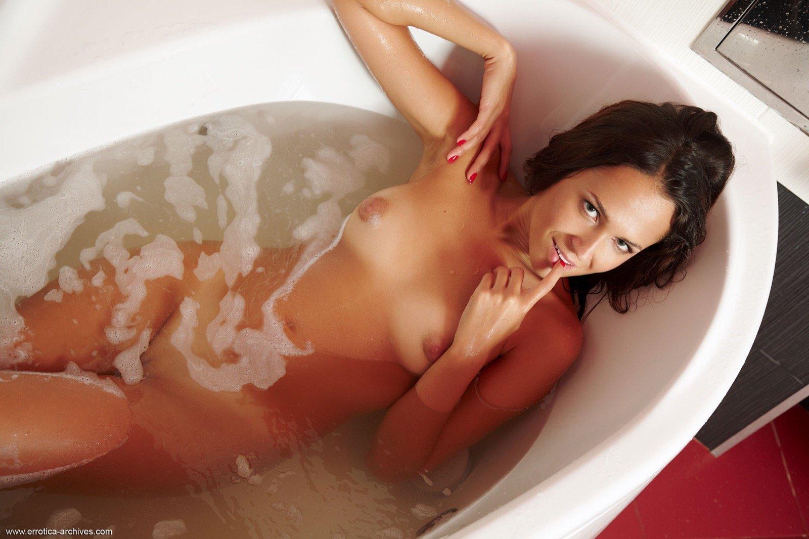 Порнозвезда эротика на ванну женщина