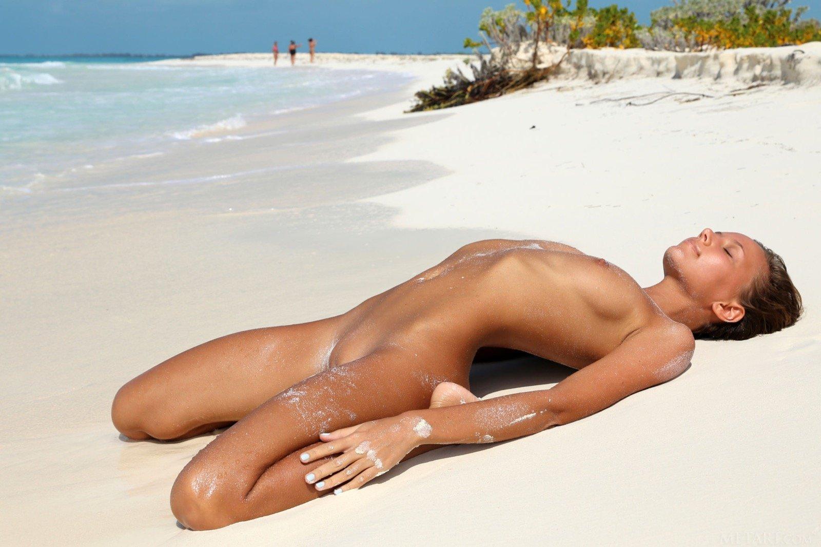 конечно же, русские голые девушки на пляже фото скучала одна решила