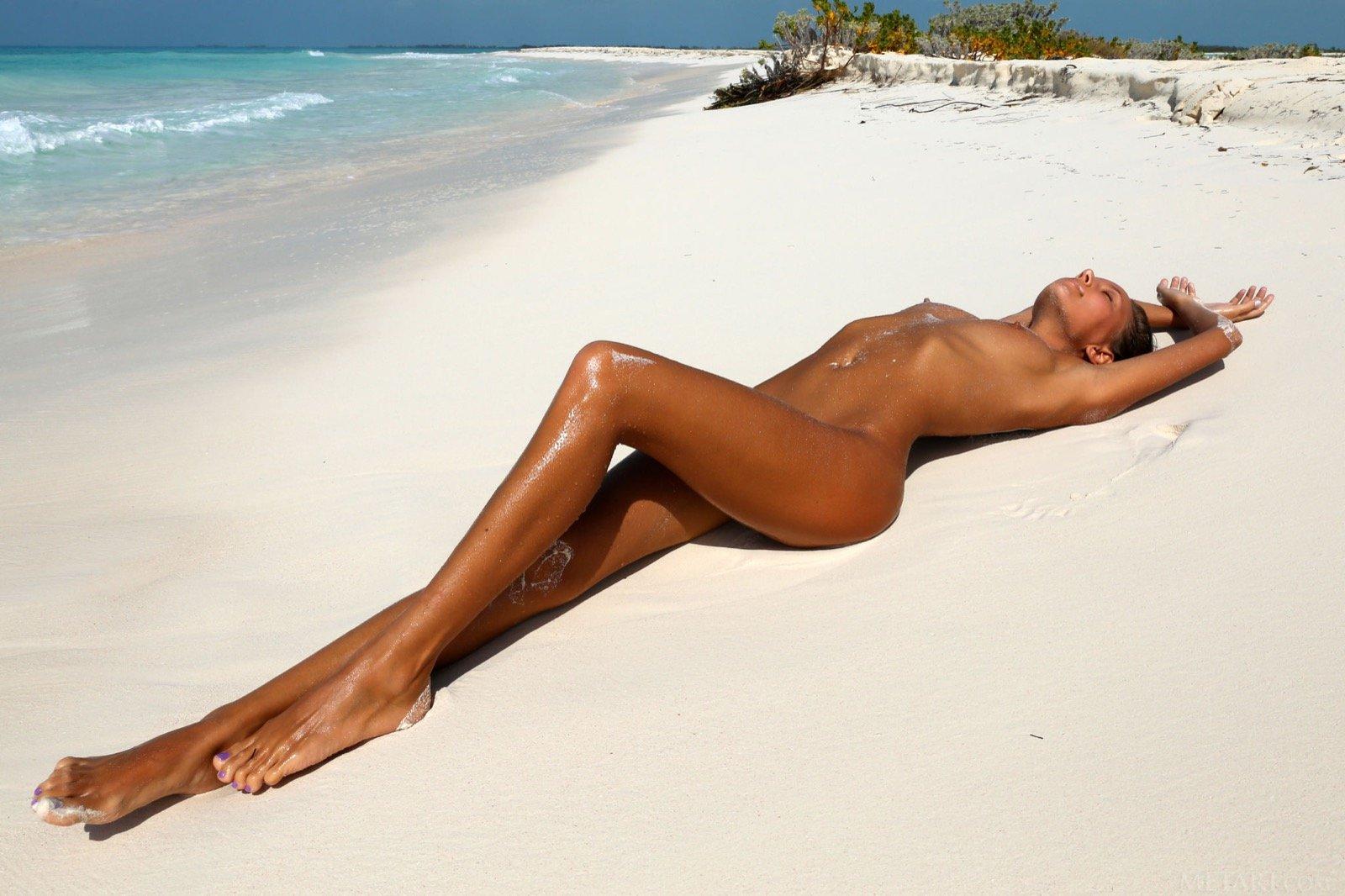 Секс девушки голышом загорают на пляже отличается анальный