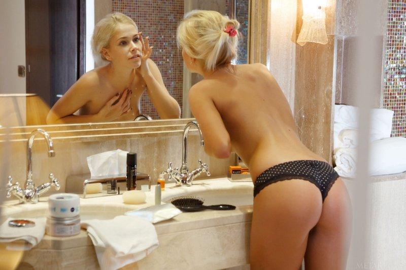 Сексуальная блондинка с упругими сиськами в душе