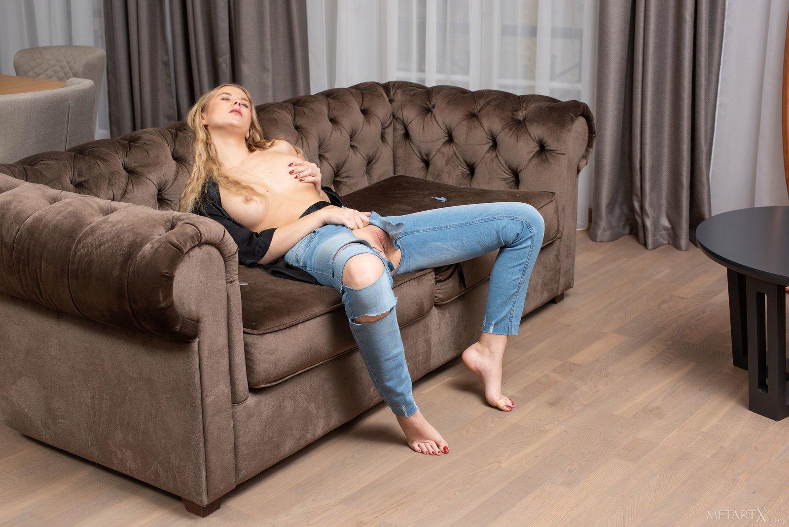 писает попадает шлюхи в рваных джинсах медленно