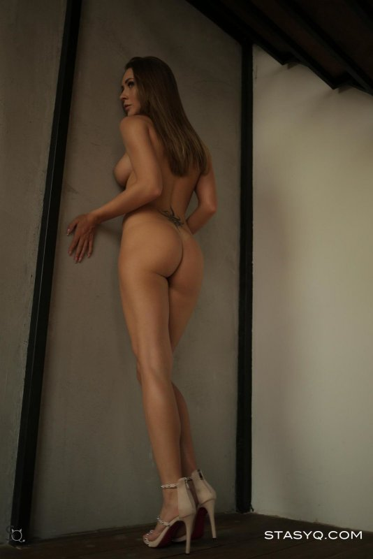 Девушка с красивыми ногами и попой в стрингах