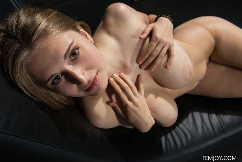 Девушка оголила большую грудь и сочную задницу