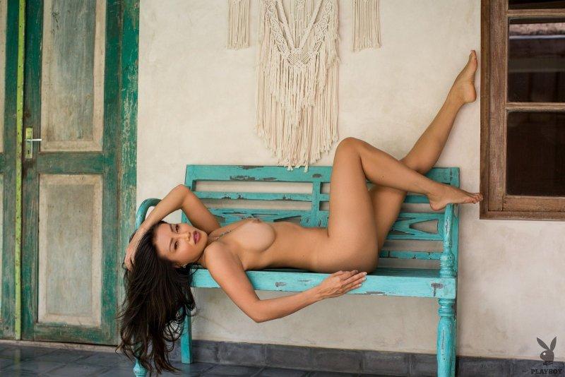 Кореянка с красивыми сиськами у бассейна