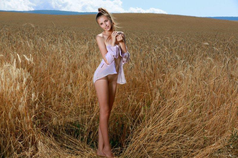Голая красавица в русском поле